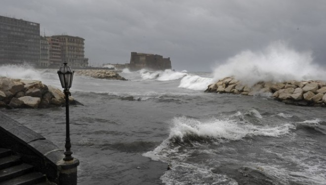 Lungomare-di-Napoli-in-tempesta-3-660x375