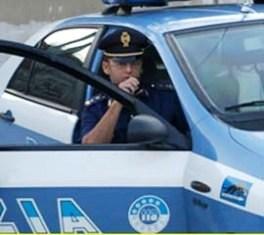 polizia-auto-poliziotto-alla-radio