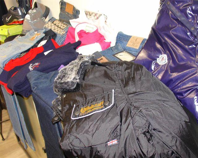 Vicaria, sequestrati 94 capi di abbigliamento contraffatti - Napoli Village - Quotidiano di Informazioni Online