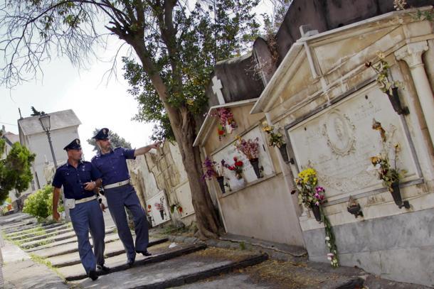 13319_cimitero-di-napoli-ruba-otto-cappelle-indagato-noto-imprenditore