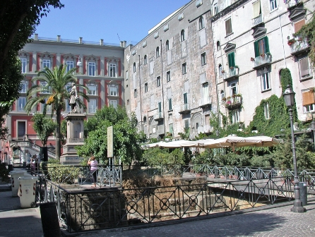 Piazza-Bellini_fullwidtharticle