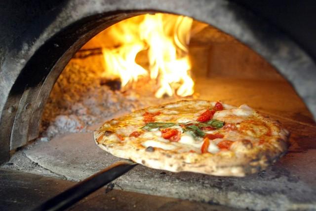 Pizza-Napoletana-cottura-forno-a-legna-640x428