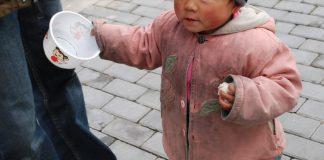 elemosina-accattonaggio-bambino-strada