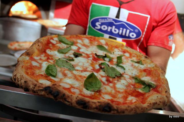 Da-Gino-Sorbillo-la-pizzeria-a-Via-Tribunali-la-pizza-2