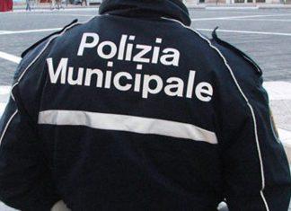 Polizia_Municipale_di_spalle